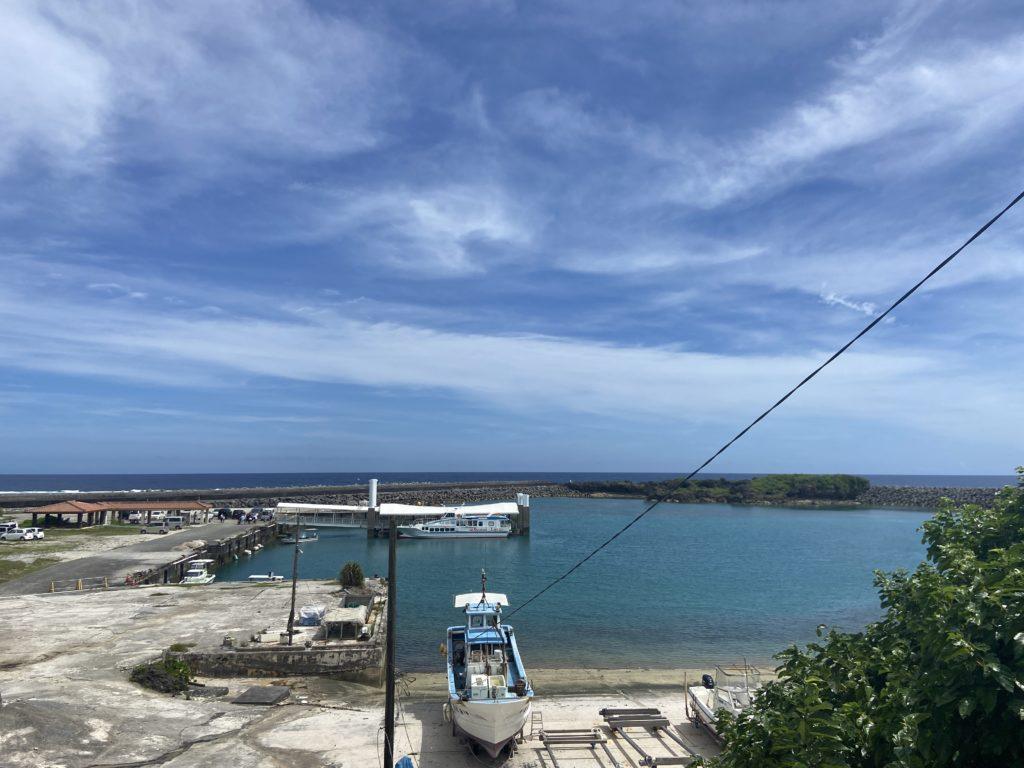 久高島の港近くのベンチから眺めた港