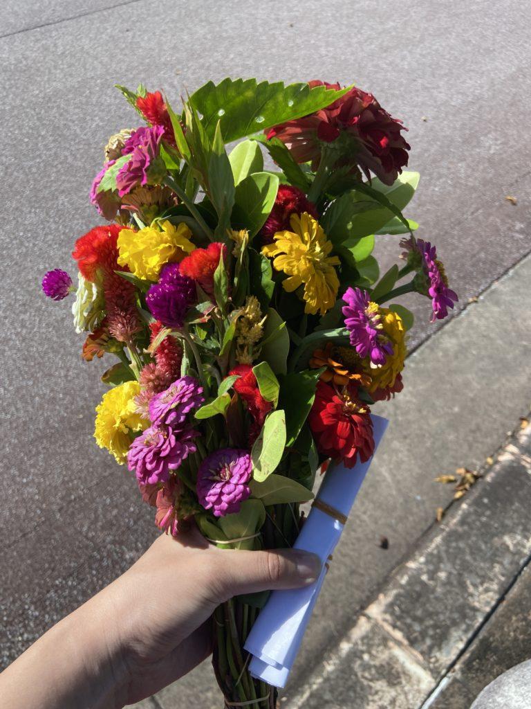 平和祈念公園でおばぁから買ったお供え用の花